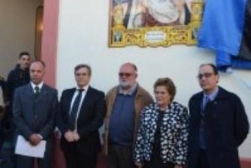 Inaugurado un azulejo cerámico en la fachada de la Casa de Hermandad de la Veracurz en Isla Cristina