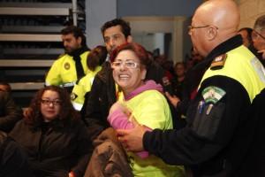 El tripartito rechaza retirar el ERE y Grao expulsa del pleno a varios afectados