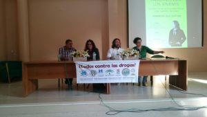 La concejala isleña junto al ponente y miembros de ARATI durante la presentacion