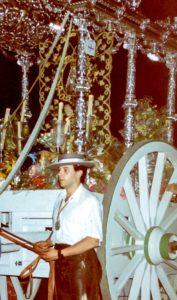 Paco Moreno junto a la carreta de plata