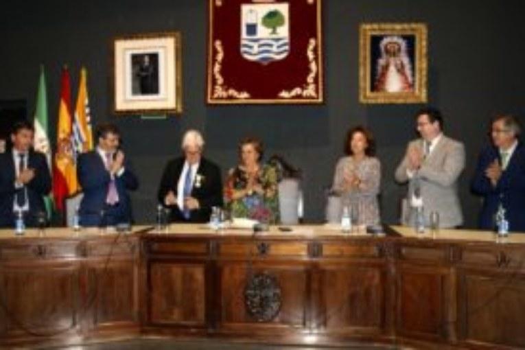 El Ayuntamiento isleño impone al escultor Carlos Silva Escobar la Medalla de la Ciudad