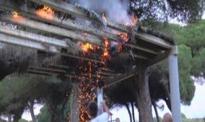 Arden unos sombrajos en la playa del Hoyo de Isla Cristina
