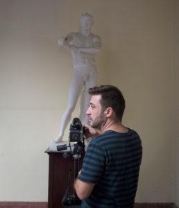 Despacho de consultoría de Huelva convierte su lugar de trabajo en sala expositiva de fotografía
