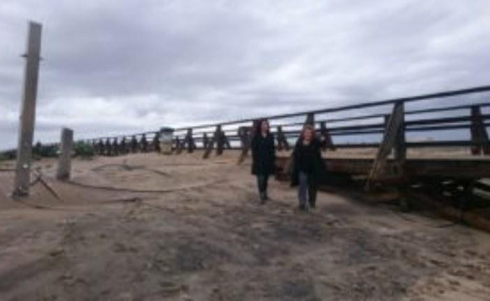 La alcaldesa de Isla Cristina junto a la jefa del departamento de urbanismo supervisa los desperfectos ocasionados por el temporal