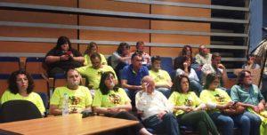 Los despedidos escenificaron con una mordaza la prohibición de poder hablar impuesta por l alcaldesa isleña