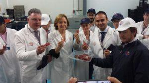 La consejera Carmen Ortiz, ha visitado en Isla Cristina la empresa de salazones Usisa