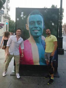 """El cartel con el rostro de un isleño en la celebración del """"Orgullo Gey"""" en Sevilla"""
