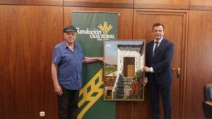 Alfonso Aramburu hace entrega de un cuadro a Caja Rural del Sur por su apoyo al Recreativo