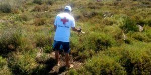 Voluntarios de Cruz Roja recogen residuos en el Paraje Natural Marismas de Isla Cristina-Ayamonte