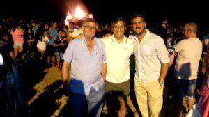 De izquierda a derecha, Juan Hernández, Francisco González y Natanael López ayer en la Hoguera de la Playa Central