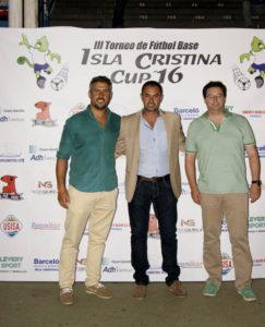 Los 58 equipos que participan en el Torneo Isla Cristina Cup recorrieron en un desfile las calles de la ciudad