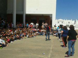 Imagen de lso escolares junto al profesorado y los organizadores de este encuentro