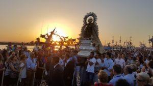Cientos de isleños y visitantes arropan ala Virgen del Carmen en su procesionar por las calles de Isla Cristina