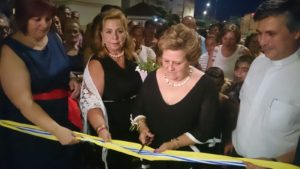 La Alcaldesa inauguraba la sede con el corte de la cinta junto a la presidenta en funciones d ela AAVV, la viuda de Pepe Feilx y el Cura Parroco