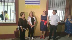 La Alcaldesa junto a la presidenta en funciones d ela AAVV, el Cura Parroco y familiares de Pepe Feliz justo antes del descubrimiento del azulejo