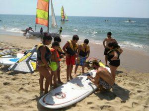 Los niños y niñas de los Talleres de Verano isleños disfrutan de una jornada deportiva en la playa