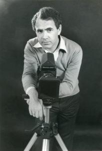 Pepe Arenas, en los 70, posa junto a una de sus cámaras