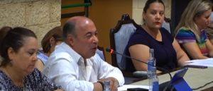 Zamudio, junto a López, interviene durante una de las mociones