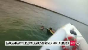 Rescatan a dos niños que había arrastrado la corriente del mar en la playa de La Bota