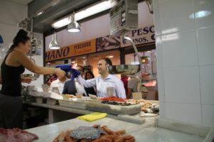 Desembarco de la campaña 'Que sea de Huelva' en el mercado de Isla Cristina
