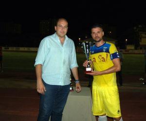 Ferna-Vaz,-del-Isla-Cristina-FC,-recibe-el-trofeo-como-segundo-clasificado