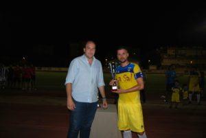 Ferna Vaz, del Isla Cristina FC, recibe el trofeo como segundo clasificado