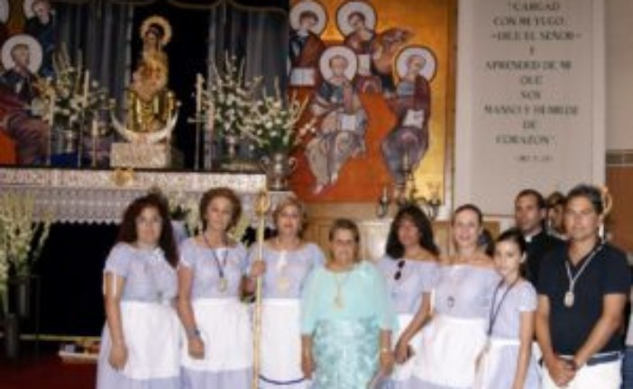 Cientos de isleños e isleñas ofrendan flores y alimentos a la Virgen del Mar, Patrona de la Punta del Caimán
