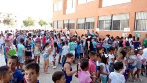La alcaldesa isleña acompaña a profesores y alumnos en su vuelta al cole