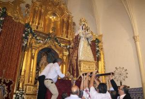 La Virgen del Rosario ya se encuentra en el Altar Mayor de la Parroquia de los Dolores