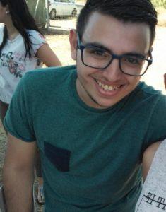 Un joven de Isla Cristina pide ayuda para curarse de una enfermedad rara