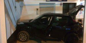 Un ciudadano portugués empotra el coche contra una pastelería en Isla Cristina