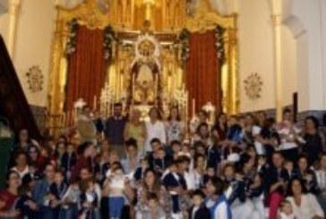 Los pequeños isleños ofrecen sus flores a la Virgen del Rosario