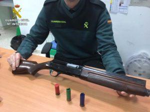 La Guardia Civil en colaboración con Policía Local han detenido a un varón que realizó varios disparos contra la fachada de un local en Lepe