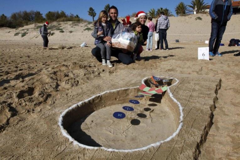 Gabriel Martos gana el III concurso Muñecos de Nieve Tumbados al Sol de Islantilla