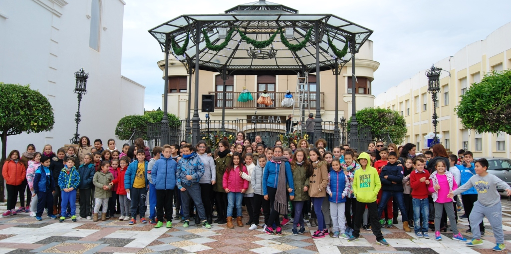 Niños de Isla Cristina plasman sus deseos en estrellas colgadas en el Kiosko de la Música