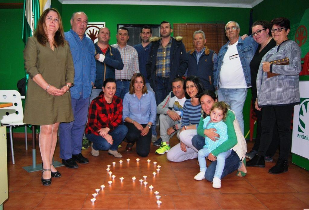 Los andalucistas isleños se reúnen alrededor de un lazo de velas en señal de luto por las Mujeres Asesinadas