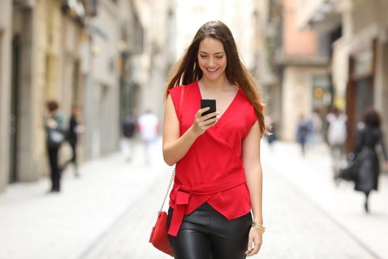 Las Cosas de Goyo «Esquivar a los que caminan con el whatsapp»