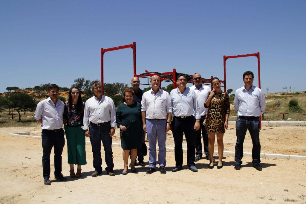 Los equipos de gobierno de Lepe e Isla Cristina visitan en Islantilla el nuevo parque de naturaleza aumentada 'El Camaleón'