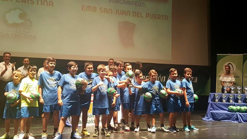 El C.B. Isla Cristina recibe el trofeo de Campeón provincial premini masculino