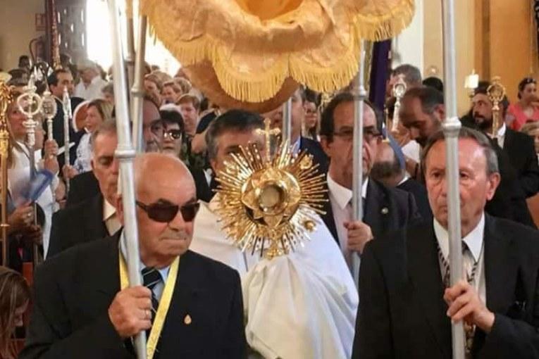 La Hermandad del Rocío de Isla Cristina participó en la Procesión del Corpus Christi
