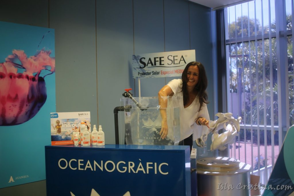 La nadadora Selina Moreno prueba con éxito la única crema solar del mundo que evita las picaduras de medusa