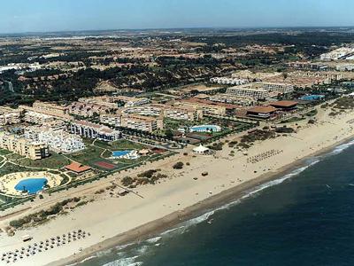Mancomunidad colabora con la limpieza de playa fin de temporada de Hotel Family Life Islantilla