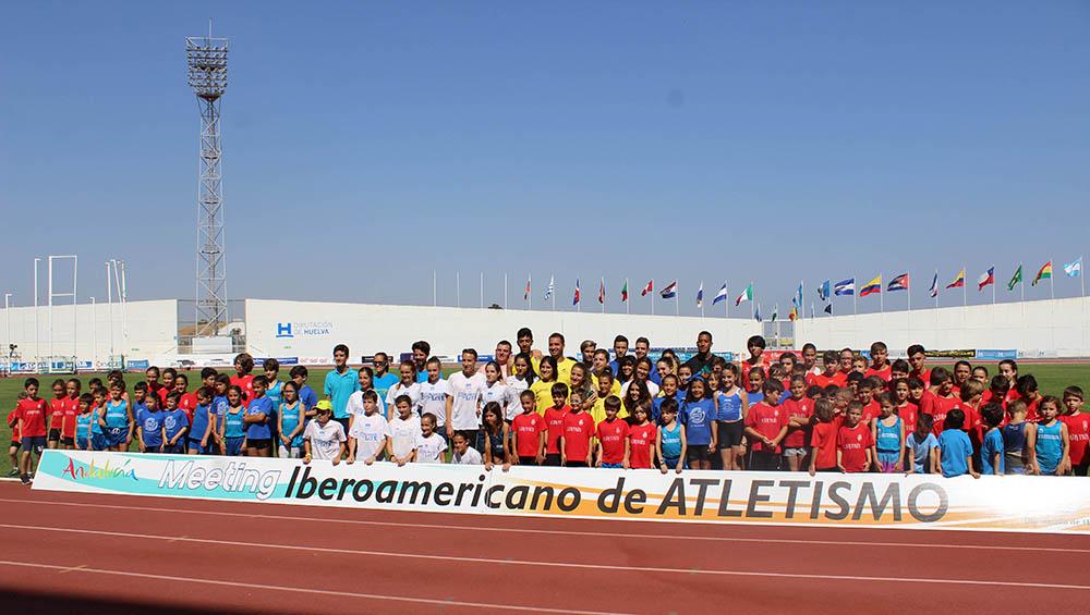 Jóvenes del C.A. Isla Cristina comparten entrenamiento y diversión con Orlando Ortega
