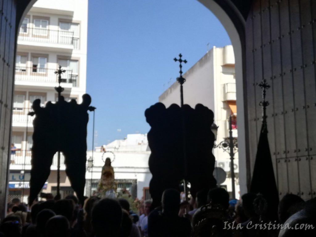 La Virgen del Mar visita, en la Parroquia isleña de los Dolores, al Simpecado del Rocío