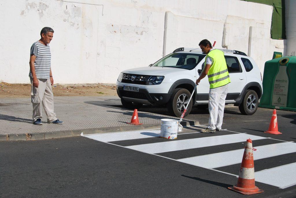 Isla Cristina pinta sus 400 pasos de peatones