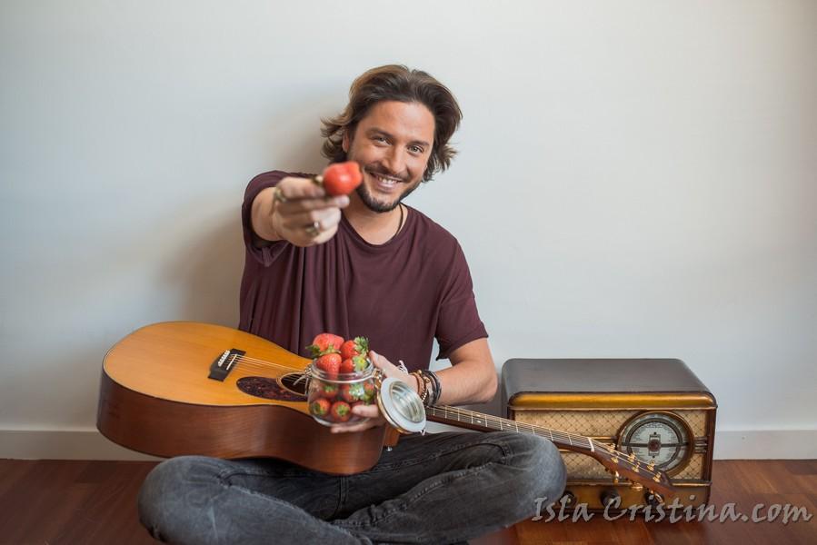 """El Cantante isleño Manuel Carrasco protagoniza una sesión fotográfica para """"Fresas de Europa"""""""