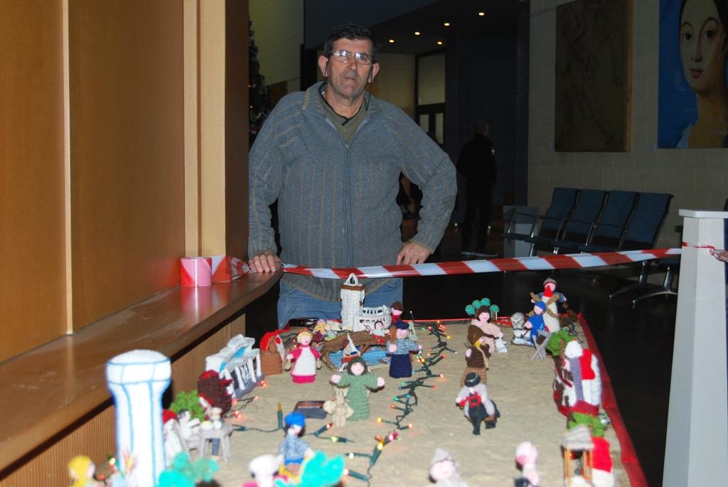 Instalan un Belén de Crochet en el hall del Teatro Municipal de Isla Cristina