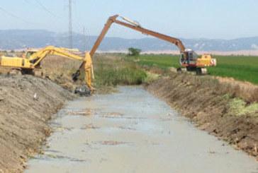 Isla Cristina se beneficia del plan de choque de limpieza de cauces en la provincia