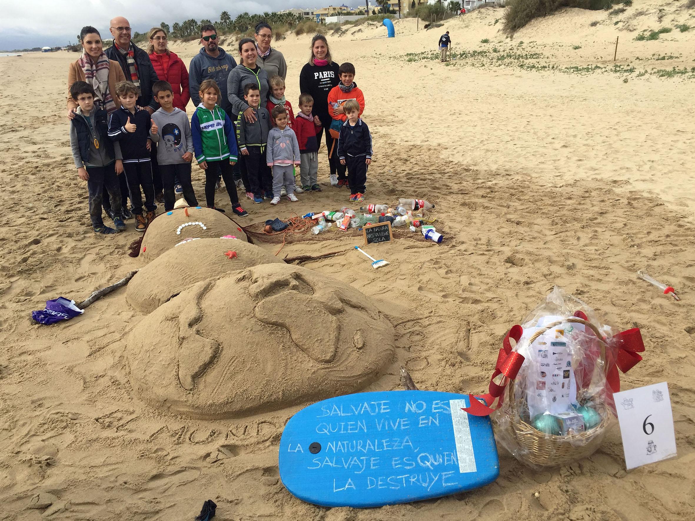 Éxito de participación en el IV Concurso de Muñecos de Nieve Tumbados al Sol en Islantilla