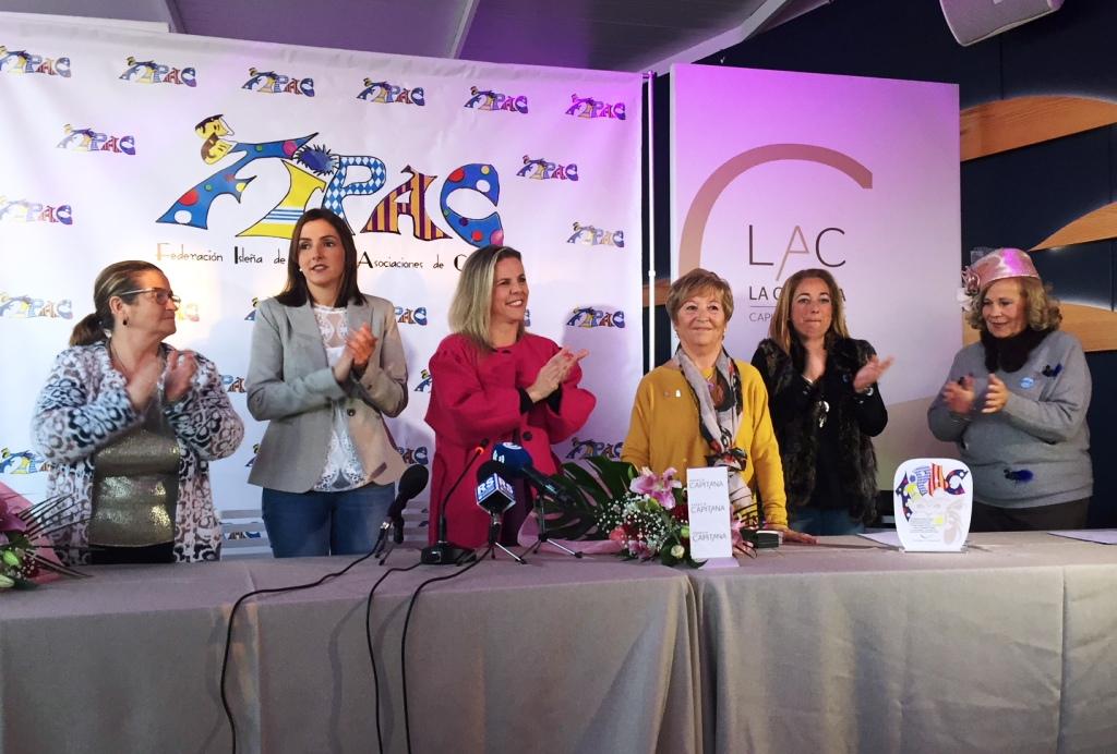 Juani Morgado recibe el premio carnavalero de la FIPAC